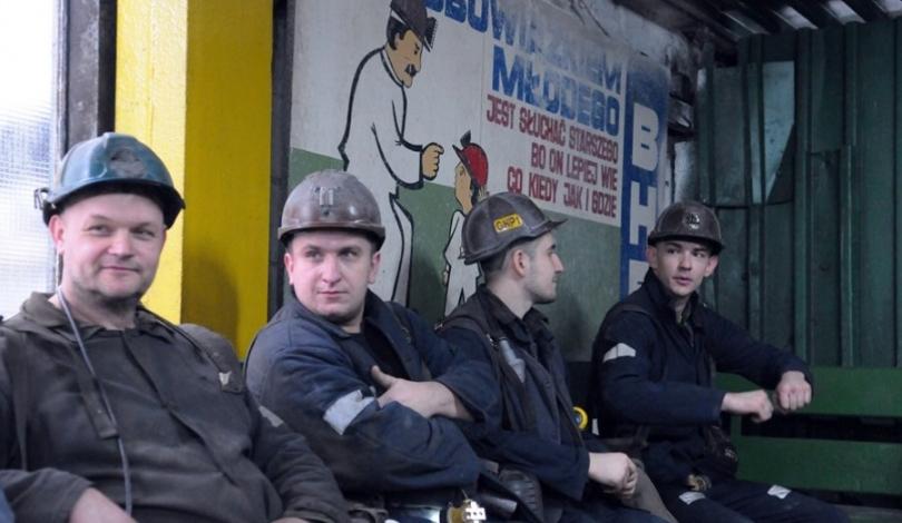 górnicy siedzą